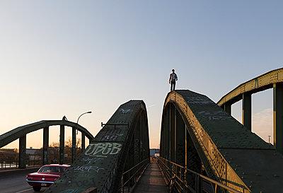 Mann auf einer Brücke - p1222m1286269 von Jérome Gerull