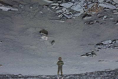 Kind im Steinbruch - p1308m1332353 von felice douglas