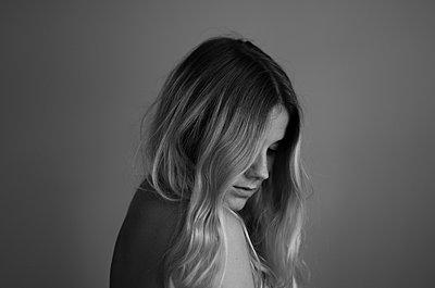 Sensible junge Frau - p1556m2149809 von Alma Vestlund