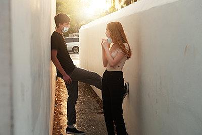 Jugendliche mit Maske - p1694m2291717 von Oksana Wagner