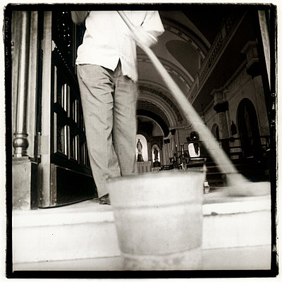 Havana, Cuba, praying and cleaning - p2682072 by Oliver Tamagnini