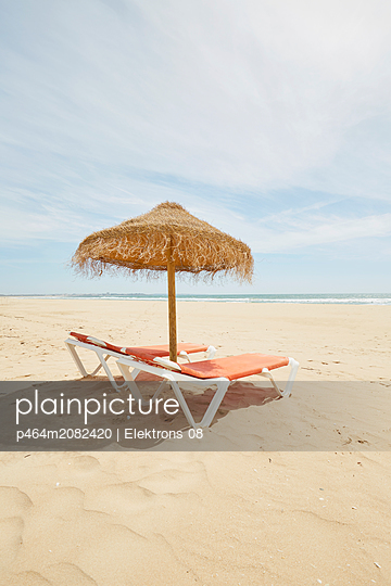Two deck chairs with straw parasol - p464m2082420 by Elektrons 08