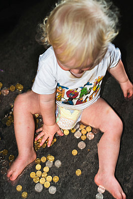 Little boy playing with coins - p1418m2013812 by Jan Håkan Dahlström