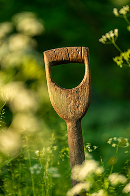 Wooden spade handle - p1418m2192510 by Jan Håkan Dahlström