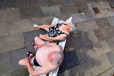 Älteres Ehepaar auf einer Bank - p2873197 von Ralf Mohr
