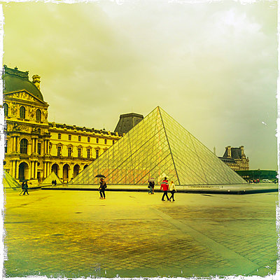 France, Paris, Louvre with glass pyramid - p300m1085956 by JLPfeifer