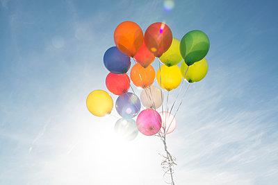 Bunte Heliumballons - p451m1143443 von Anja Weber-Decker