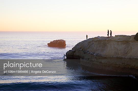 Surfer an der Felsküste - p1106m1589466 von Angela DeCenzo