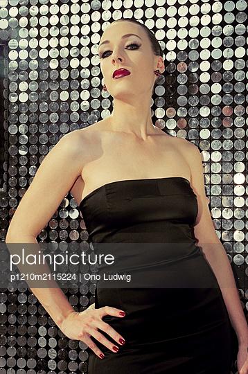 Elegant - p1210m2115224 by Ono Ludwig