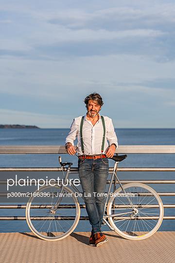 Man with fixie on a jetty - p300m2166396 von Javier De La Torre Sebastian