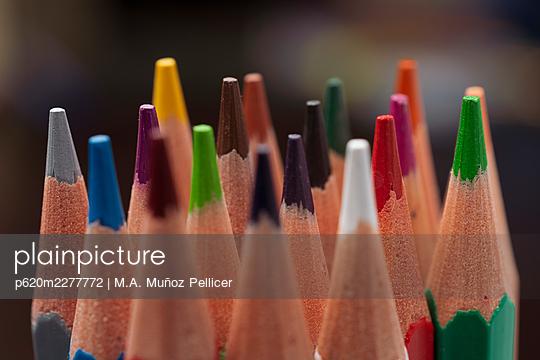 Coloured pencils, close-up - p620m2277772 by M.A. Muñoz Pellicer