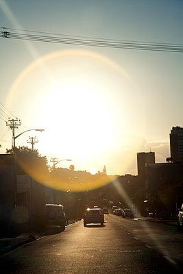 Straße im grellen Sonnenlicht - p1248m1185540 von miguel sobreira