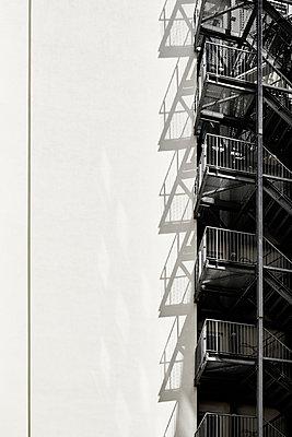 Feuertreppe an einem Gebäude - p851m1481608 von Lohfink