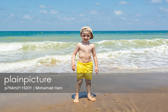Happy boy on the beach  - p794m2115231 by Mohamad Itani