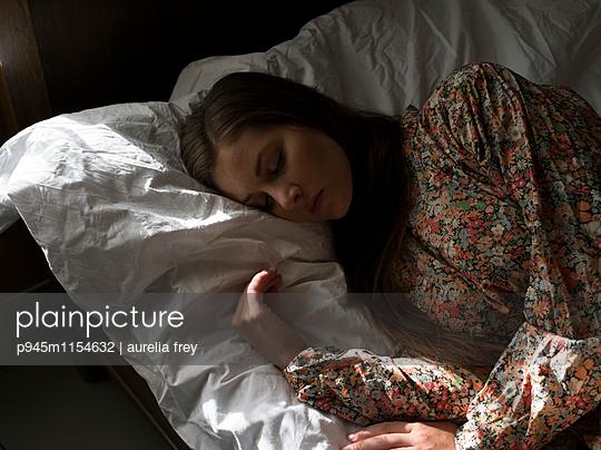 Junge Frau schläft - p945m1154632 von aurelia frey