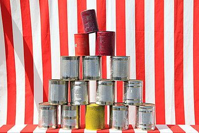 Dosen-Turm - p045m1028369 von Jasmin Sander