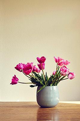 Blumenstraß mit rosa Tulpen auf einem Tisch  - p1312m2103833 von Axel Killian