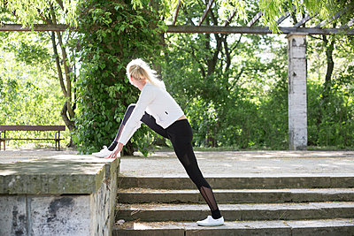 Frau beim Sport im Park - p1325m1445870 von Antje Solveig
