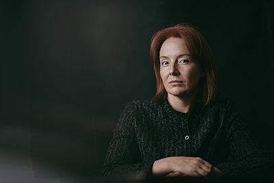 Frau im Dunkeln - p1577m2217420 von zhenikeyev