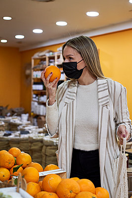 Woman doing some shopping at the organic shop. Sabadell, Spain. - p300m2256730 von Veam