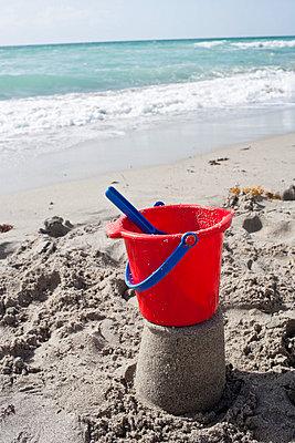 Am Strand spielen - p535m815698 von Michelle Gibson