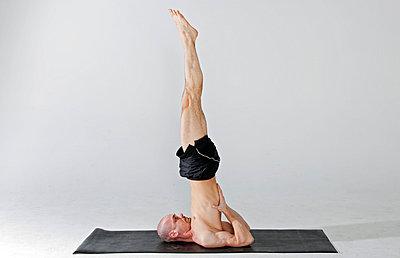 Schulterstand Yoga - p7050162 von Florian Tröscher