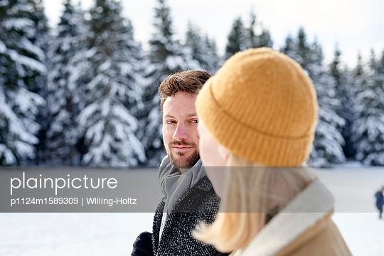 Junges Paar macht einen Winterspaziergang - p1124m1589309 von Willing-Holtz