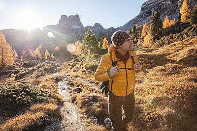 Man hiking at Dolomites Alps, Veneto, Italy - p300m2144434 by 27exp