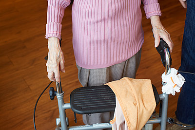 Age demented senior woman with wheeled walker in a nursing home - p300m2219183 by Heinz Linke