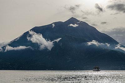 Berge am Comer See - p335m813180 von Andreas Körner