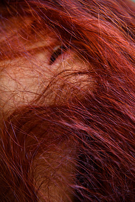 Red strands of hair covering female face - p427m2210806 by Ralf Mohr