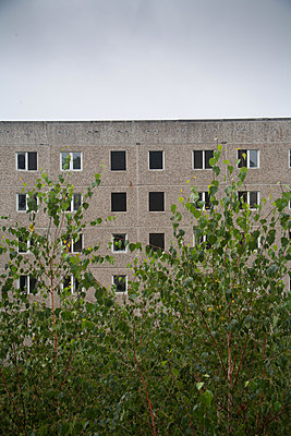 Verlassener Plattenbau in Brandenburg - p627m1035373 von Christian Reister