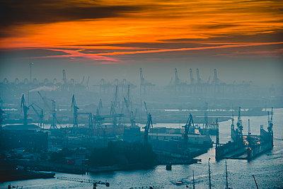 Hafen Hamburg bei Abenddämmerung - p1493m1584688 von Alexander Mertsch