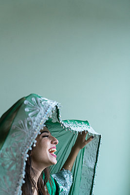 Young woman wearing traditional Arab costume - p427m2059739 by Ralf Mohr
