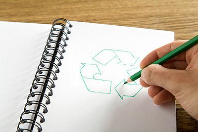 Hand zeichnet Recyclingsymbol in - p4736760f von STOCK4B-RF