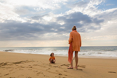 Caucasian mother and son on beach - p555m1305331 by Marc Romanelli