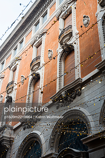Carnival, fairy lights in the Old Town in Venice - p1609m2219664 by Katrin Wolfmeier