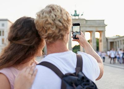Junges Paar fotografiert Brandenburger Tor - p1124m1463340 von Willing-Holtz