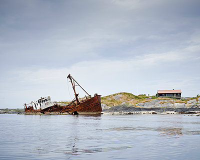Ship wreck - p1124m933594 by Willing-Holtz
