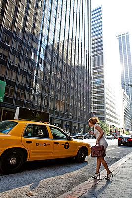 Frau in New York - p787m965727 von Forster-Martin