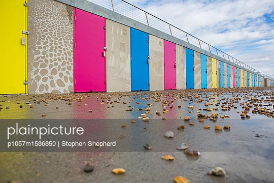 Moderne bunte Strandhütten an der Küste - p1057m1586850 von Stephen Shepherd