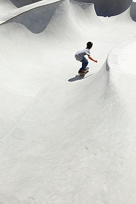 Children in a skate park - p249m945154 by Ute Mans