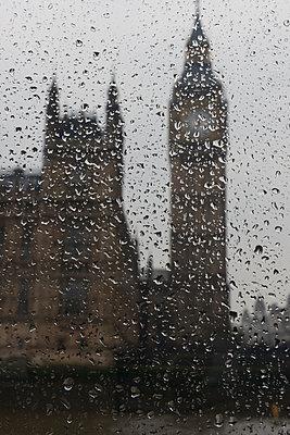 Big Ben bei Regenwetter - p646m946165 von gio