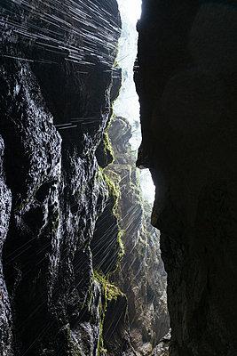 Gegenlicht in der Partnachklamm in Garmisch-Partenkirchen - p728m1362344 von Peter Nitsch