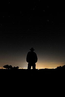 Einsamer Mann mit Hut - p8290023 von Régis Domergue