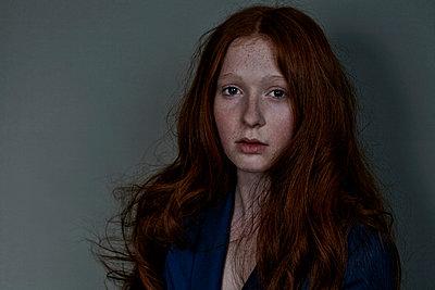 Mädchen mit roten Haaren frontal - p1146m1004531 von Stephanie Uhlenbrock