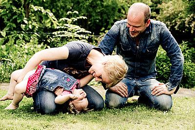 Eltern spielen mit ihrer kleinen Tochter - p1221m1158630 von Frank Lothar Lange