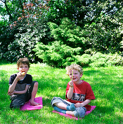 Two children eating popsicles - p1231m1057990 by Iris Loonen