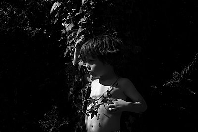 Kind im Efeu - p1308m1143900 von felice douglas
