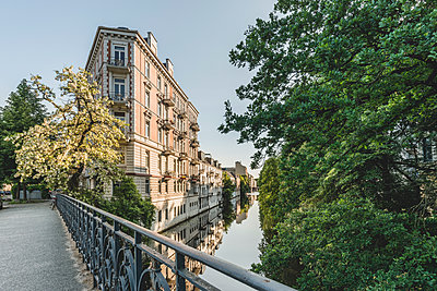 Germany, Hamburg, Eppendorf, residential buildings at Isebek canal - p300m2012684 von Kerstin Bittner